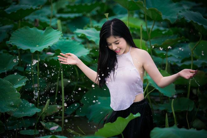 Cô gái 9X khoe vẻ đẹp hờ hững trong bộ ảnh bên hoa sen56
