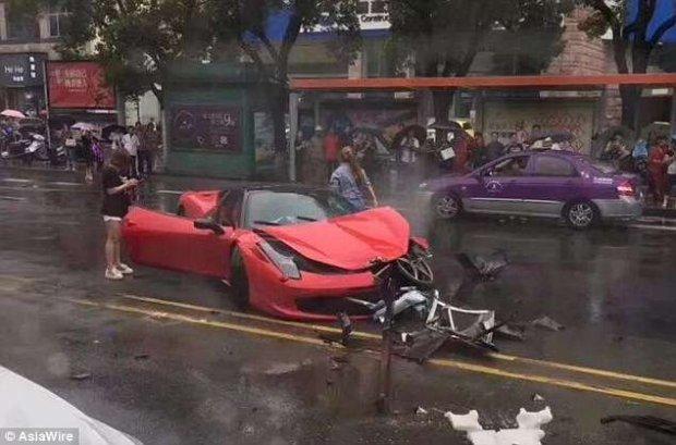 Siêu xe Ferrari 458 giá trị triệu đô nát bét vì rơi vào tay lái phụ nữ