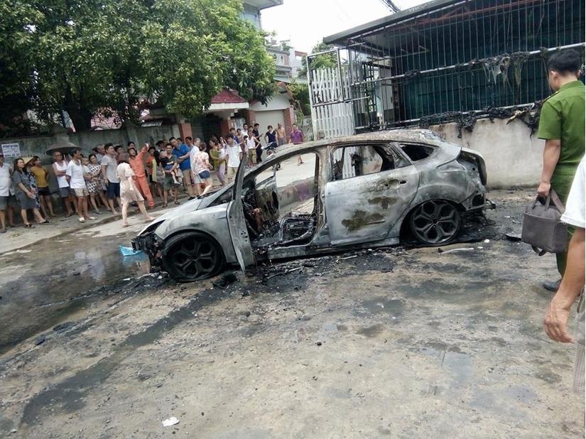 Thanh Hóa: Xế hộp bỗng dưng bốc cháy dữ dội khi đậu ven đường