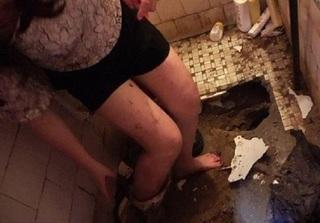 Cô gái say rượu thụt chân xuống bồn cầu, lính cứu hỏa phải phá toa-lét