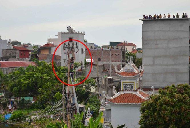 Hà Nội: Giải cứu nam thanh niên có biểu hiện ngáo đá cố thủ trên cột điện