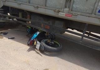 Xe máy va chạm với xe tải, 2 nam thanh niên bị thương nặng