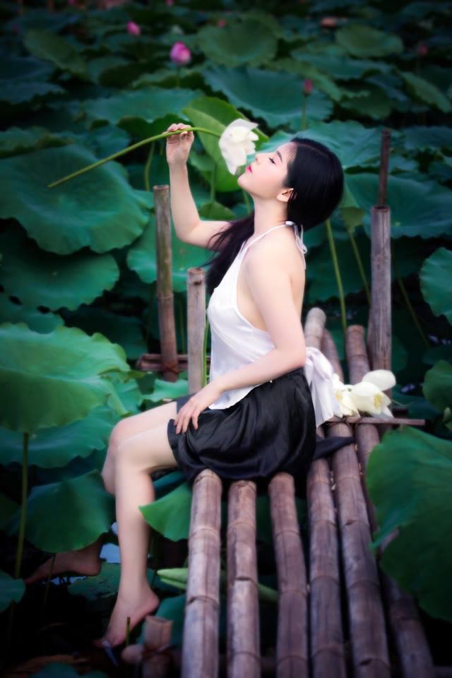 Cô gái 9X khoe vẻ đẹp hờ hững trong bộ ảnh bên hoa sen39