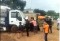 Tài xế điều khiển xe tải lao thẳng vào đám đông khi bị phản đối gây ô nhiễm môi trường, 2 người bị cuốn vào gầm