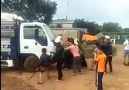 Công ty TNHH Phương Triều Đại cho xe tông thẳng vào người dân khi bị phản đối vì gây ô nhiễm môi trường
