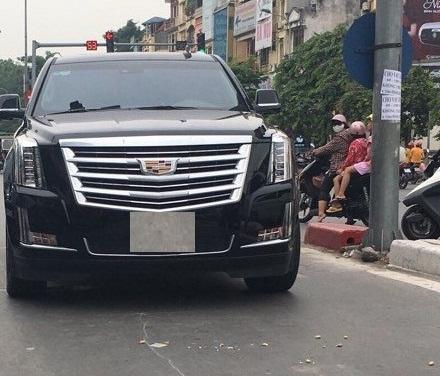 Hà Nội: Xe sang Cadillac va chạm giao thông khiến 1 người phụ nữ bị thương