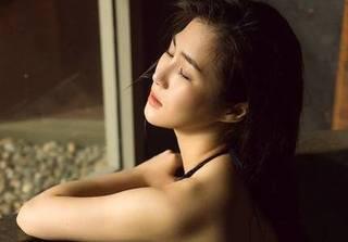 Hương Tràm diện bikini khoe đường cong đốt nóng mùa hè