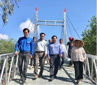 Hàng ngàn người dân Giá Rai phấn khởi đón nhận cầu thép dây văng từ Tân Hiệp Phát
