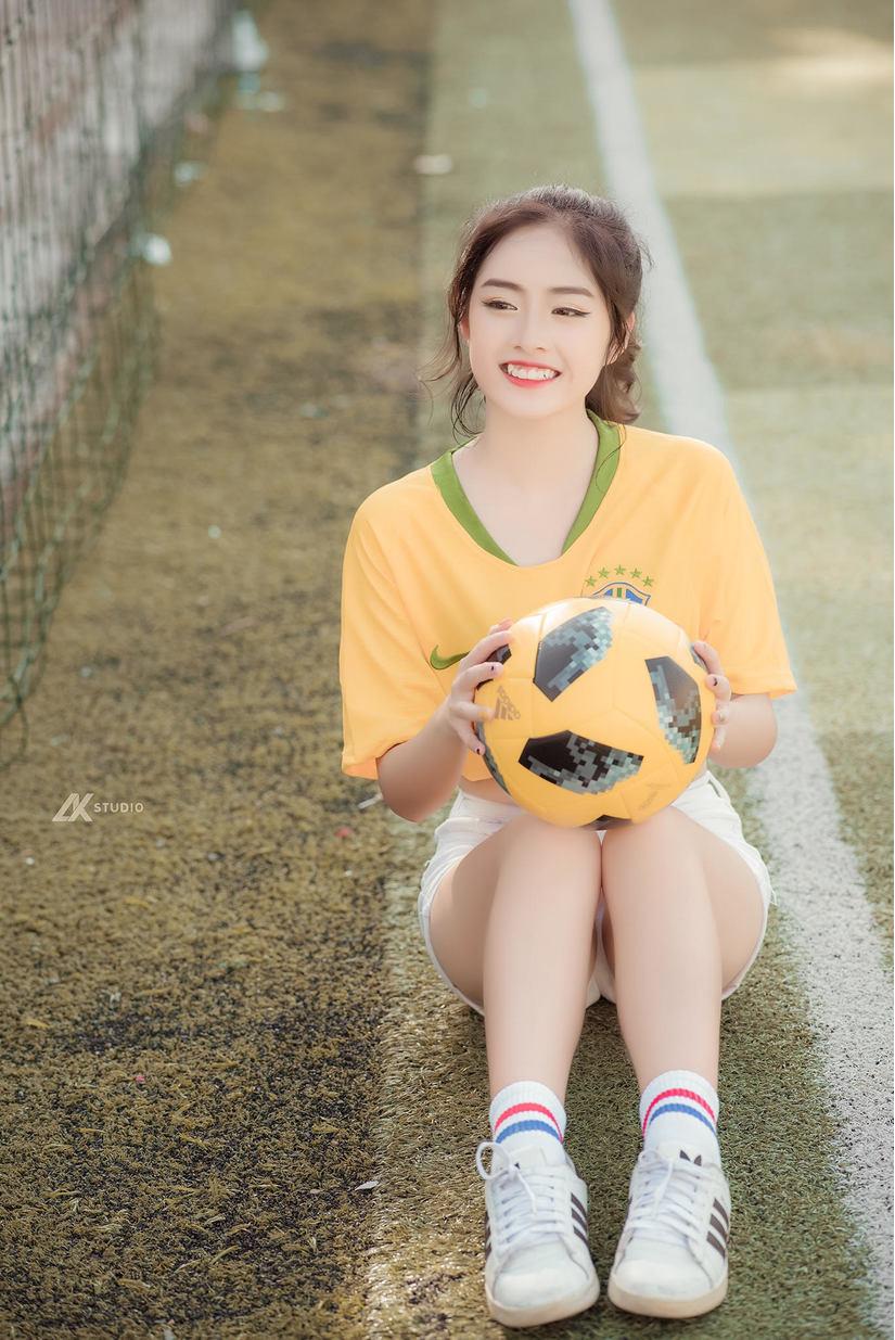 Thiếu nữ xinh đẹp trên sân bóng khiến nhiều chàng trai ngẩn ngơ7