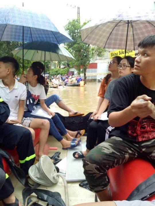 Cảnh sĩ tử vùng cao vượt mưa lũ tới phòng thi THPT Quốc Gia 20184