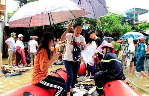Cảnh sĩ tử vùng cao vượt mưa lũ tới phòng thi THPT Quốc Gia 20183