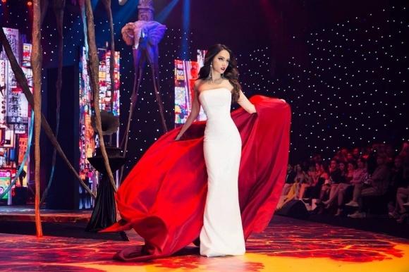 Hoa hậu Hương Giang lên tiếng khi bị nghi đi muộn khi làm vedette