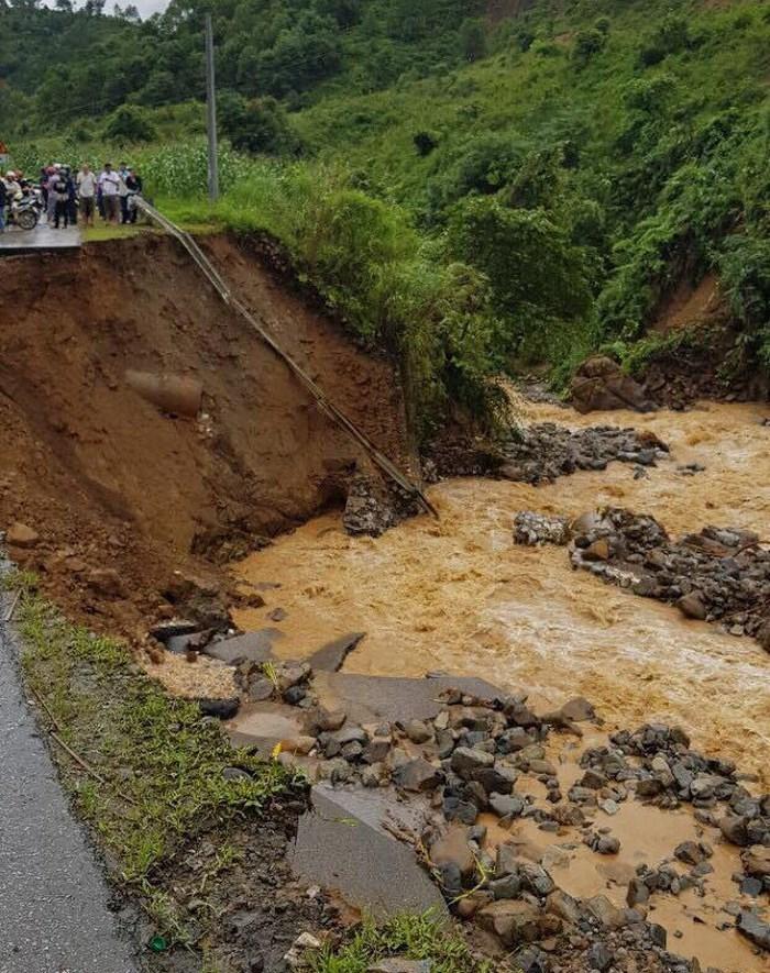 Người dân dầm mưa 12 tiếng, vạ vật chờ thông xe vì tuyến quốc lộ huyết mạch sạt lở