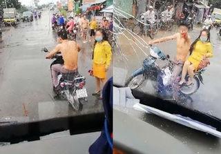 Bị tạt nước cống vào người, thanh niên chở bạn gái ném gạch, đấm vỡ kính xe khách