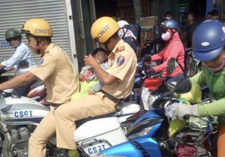 Cư dân mạng ngợi khen 2 CSGT đưa bé đi cấp cứu giữa trưa nắng