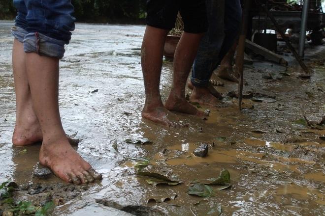 Sau mưa lớn, lũ quét ở Hà Giang còn lại những lớp bùn non10