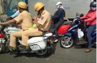 Bé trai được CSGT dùng mô tô đặc chủng đưa đi cấp cứu giữa trưa nắng hiện ra sao?