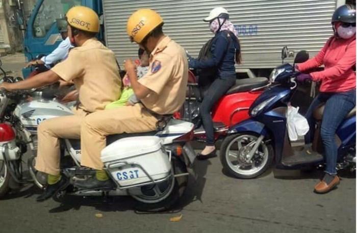 Bé trai được CSGT vượt tắc đường đi cấp cứu giữa trưa nắng hiện ra sao?