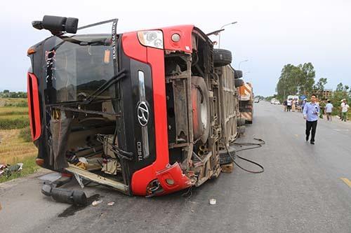 Nghệ An: Xe khách mất lái lao xuống ruộng khiến 5 người thương vong