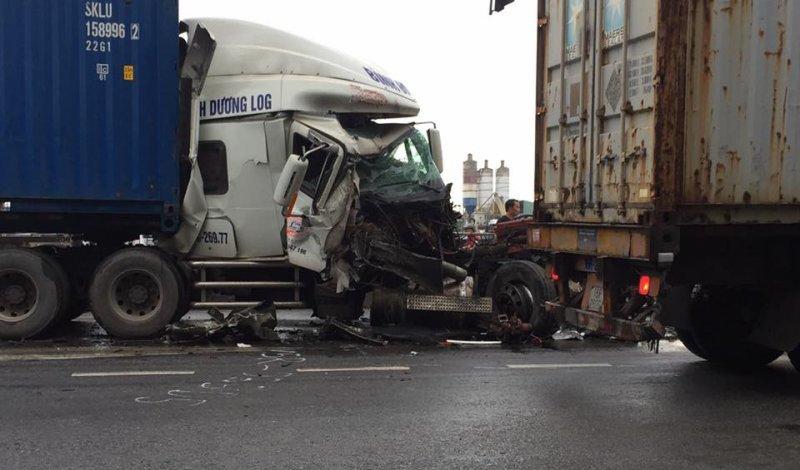 Hải Phòng: Container nát đầu sau vụ va chạm giao thông kinh hoàng