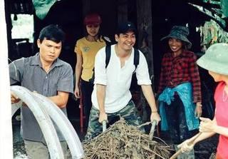 MC Phan Anh đã trao 385 triệu đồng cho người dân vùng lũ Hà Giang