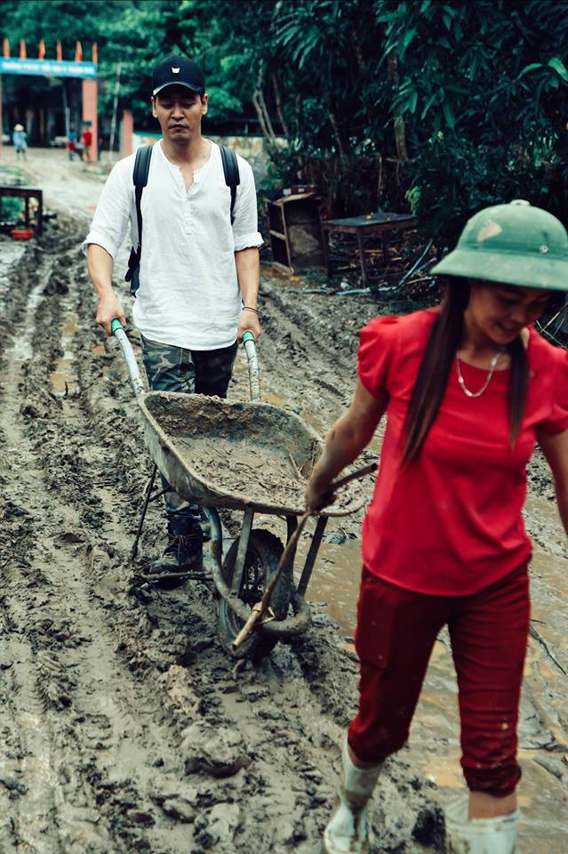 Sáng nay, MC Phan Anh đã trao 385triệu đồng cho người dân vùng lũ Hà Giang