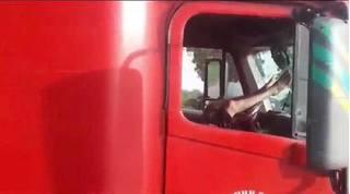 Ngã ngửa khi biết nguyên nhân tài xế container vắt 2 chân lên vô lăng ngủ trong lúc xe chạy