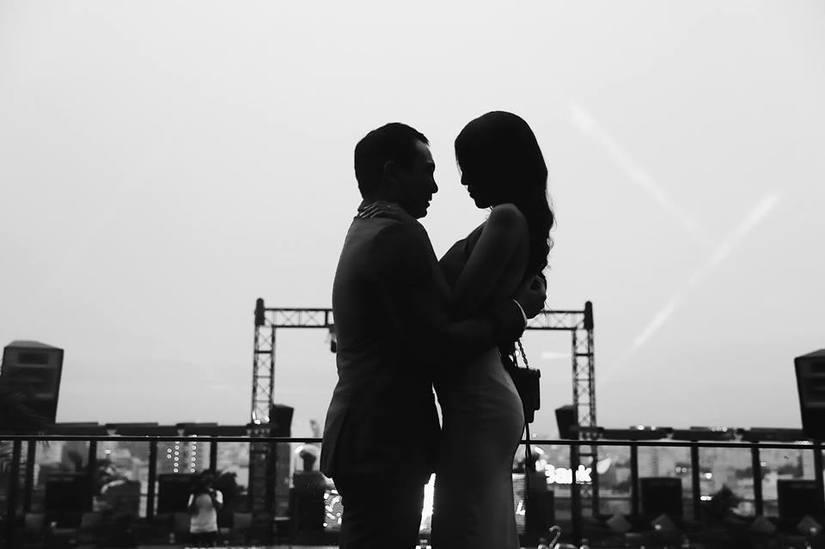 Hình ảnh doanh nhân John Tuấn Nguyễn quỳ gối cầu hôn Lan Khuê trước mặt bạn bè