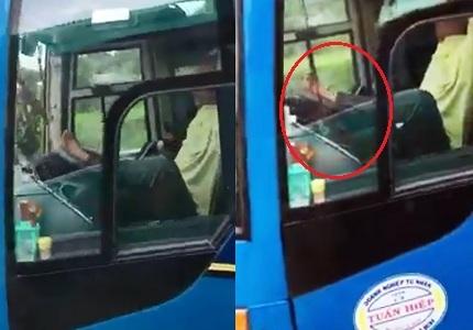 Tài xế dùng chân lái xe khách trên cao tốc