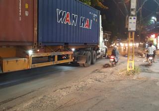 Hà Nội: Va chạm với xe container, người phụ nữ tử vong tại chỗ