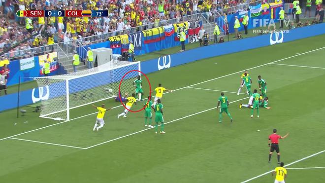 Sao Senegal đứng chống hông dựa cột gôn, kệ đội bạn ghi bàn