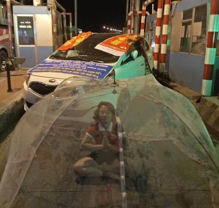 Người dân, tài xế mắc màn, căng băng rôn, biểu ngữ phản đối trạm BOT Tân Đệ3