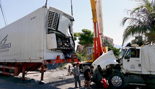 Container tông xe khách đang dừng kiểm tra lốp, phụ lái tử vong
