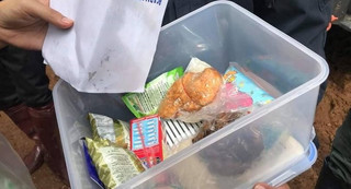 Thả thức ăn và nước uống vào hang động nơi đội bóng Thái Lan mất tích