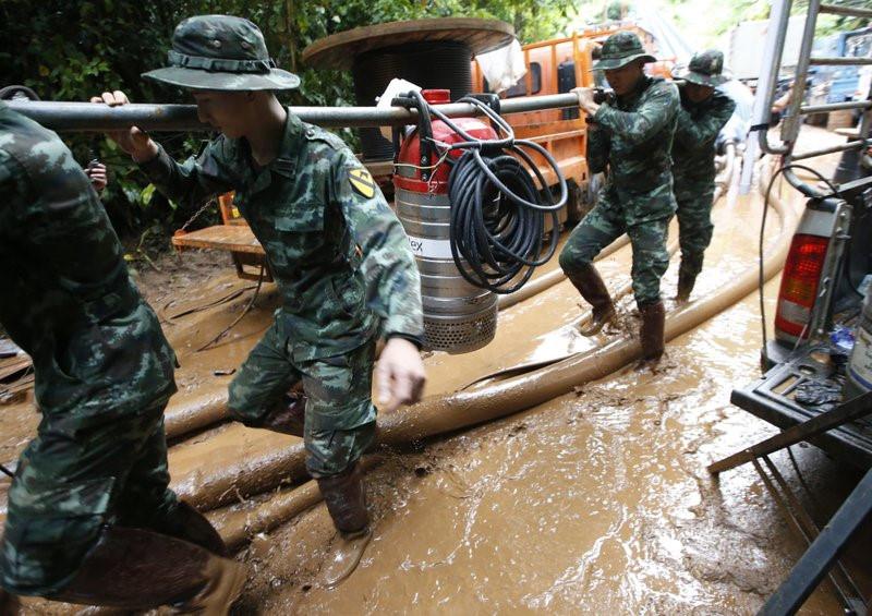 Thả thức ăn và nước uống xuôi theo dòng nước vào hang động nơi đội bóng Thái mất tích