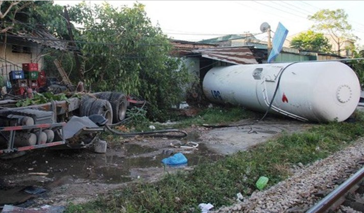 Nghệ An: Xe bồn chở ga bị tàu hỏa húc văng cả chục mét