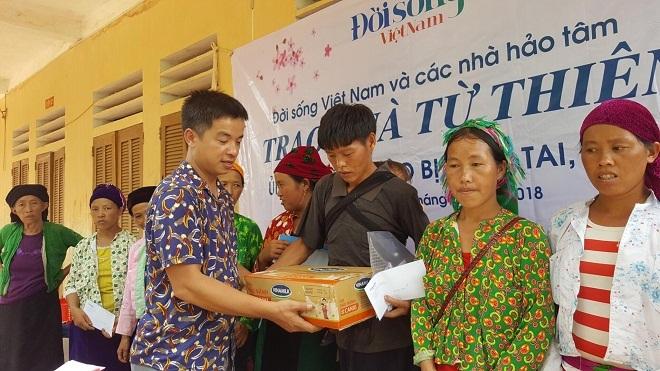 Đời sống Việt Nam và nhà hảo tâm trao quà cho đồng bào ở Hà Giang