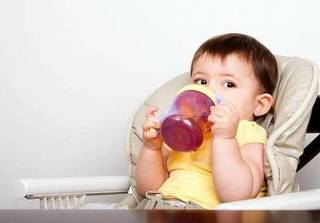 Trời nắng nóng hơn 40 độ, mẹ làm sữa đậu thơm ngon, mát lành cho con thưởng thức