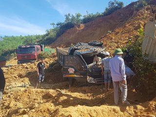 Hà Tĩnh: Sập mỏ đất khiến hai xe ô tô bị vùi lấp, một tài xế bị gãy chân