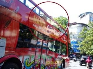 Du khách nước ngoài dạo phố bằng xe buýt 2 tầng ngày nắng nóng đỉnh diểm