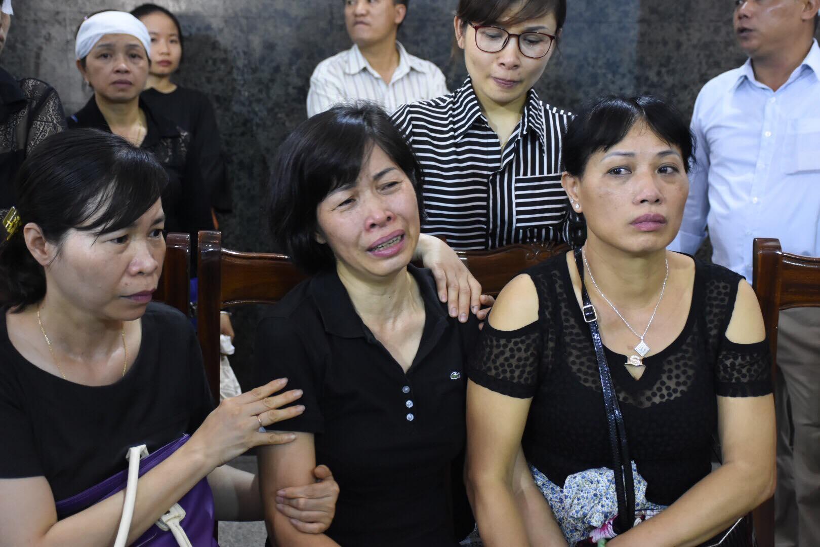 Mẹ của Vân Nhi khóc nấc trong đám tang của con gái