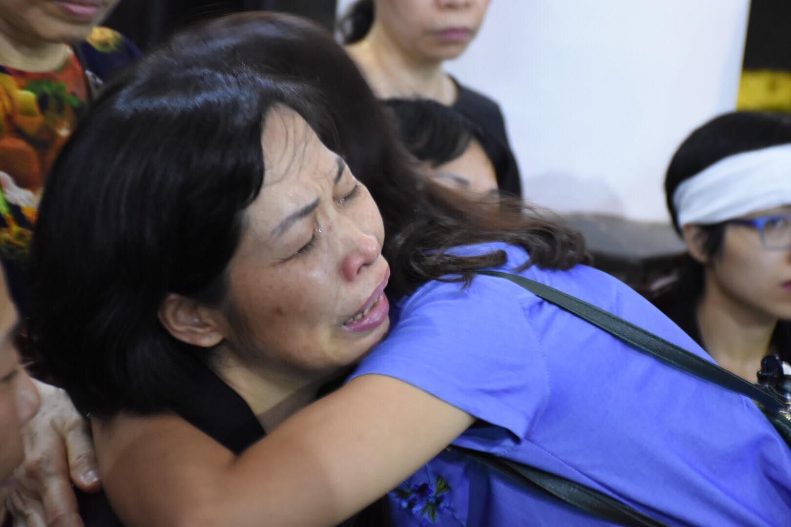 Xúc động hình ảnh 2 bà mẹ có chung nỗi đau mất con ôm nhau khóc nấc trong đám tang