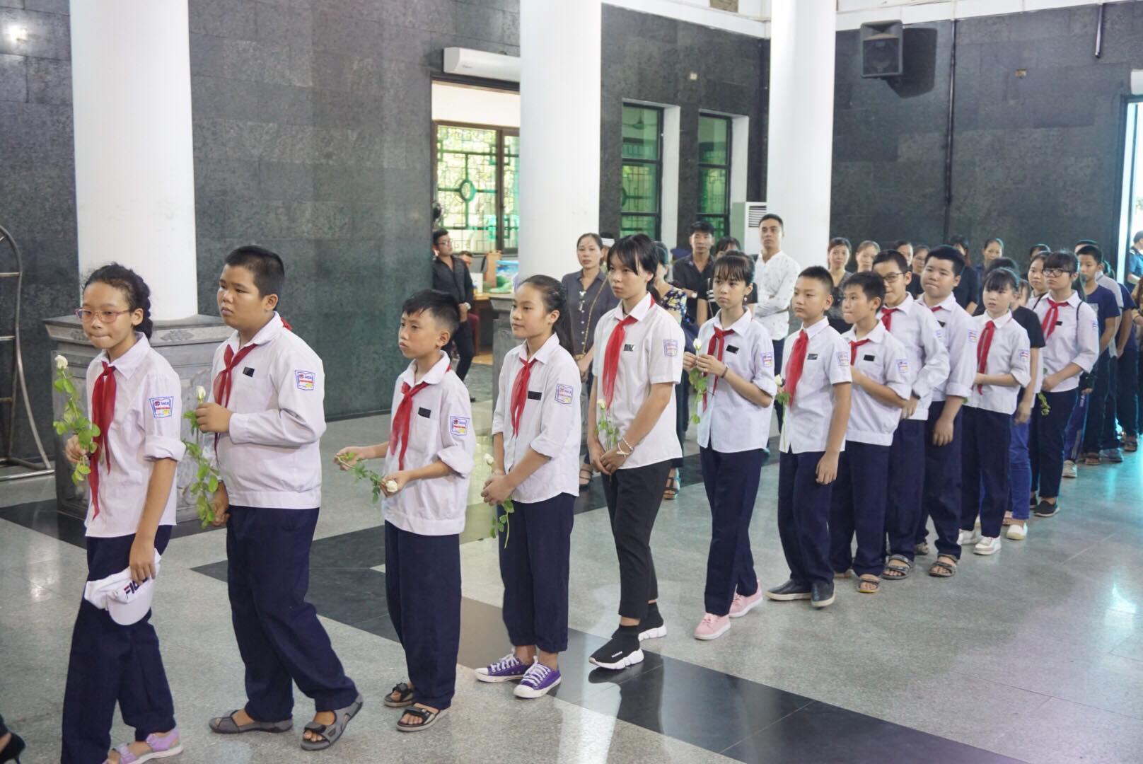 Tập thể lớp nơi Vân Nhi theo học cũng có mặt chia buồn cùng gia đình Vân Nhi