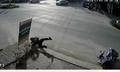 Sang đường thiếu quan sát, người phụ nữ đi xe đạp 'hạ gục' CSCĐ