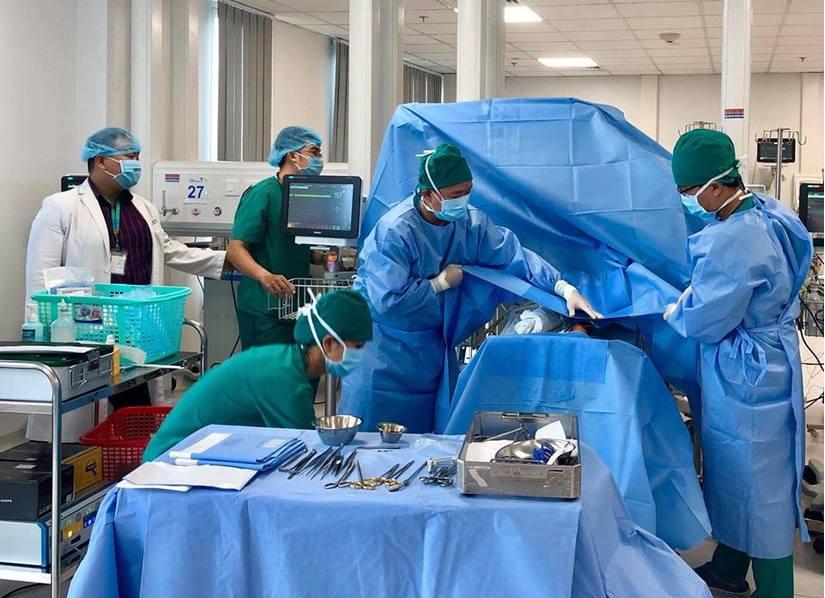 Hơn 10 bác sĩ phẫu thuật cấp cứu cho bé sinh non ở tuần 24 2
