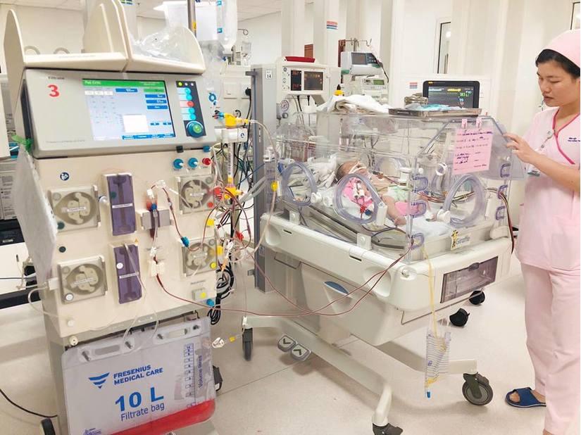 Bé sơ sinh bị rối loạn chuyển hoá bẩm sinh 2
