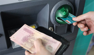 Từ 15/7, người tiêu dùng 'è cổ' gánh phí rút tiền ATM tăng đồng loạt