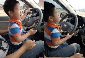 bố mẹ livestream cảnh con nhỏ tập lái ô tô