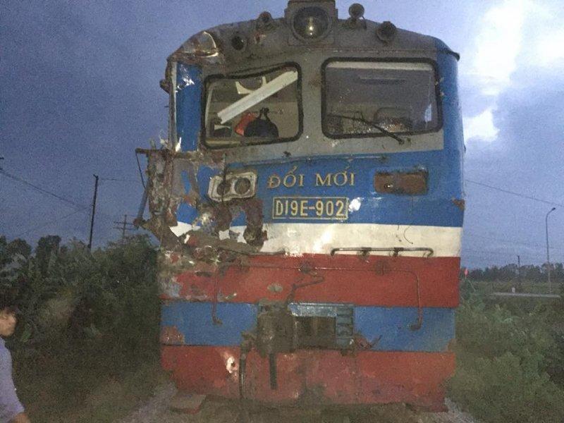 Nghệ An: Chết máy khi băng qua đường ray, xe tải bị tàu hỏa húc văng2