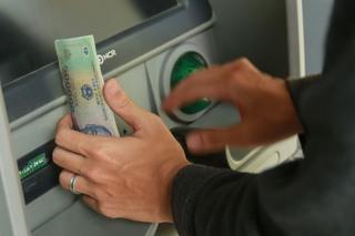 Ngân hàng Nhà nước hoãn tăng phí ATM nội mạng của 4 'ông lớn'